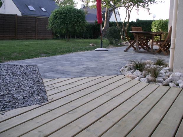Terrasse mixte bois et dallage. Jardins des 4 Saisons. Guer, Ploërmel, Redon, Plélan-Le-Grand, Maure de Bretagne