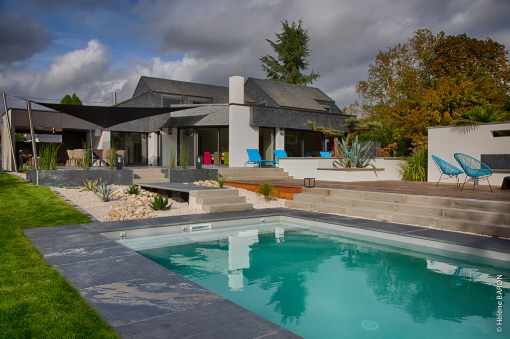 Abords piscine. Solarium. Mur-banc. Paliers terrasses. Jardins des 4 Saisons. Morbihan.