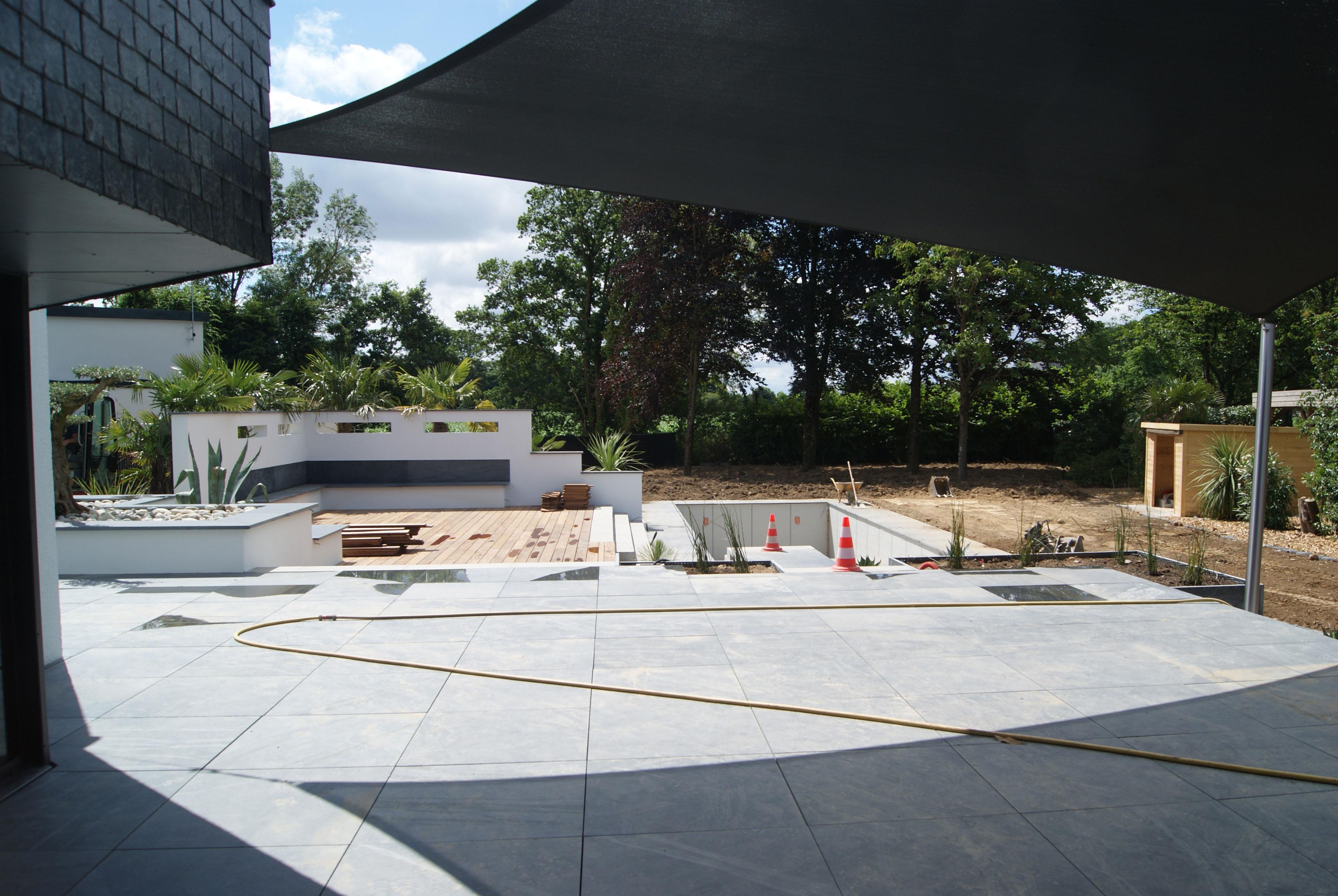 Terrasse pierre naturelle. voile d'ombrage. Jardin contemporain. Jardins des 4 Saisons. Guer, Ploërmel, Redon, Plélan-Le-Grand, Maure de Bretagne