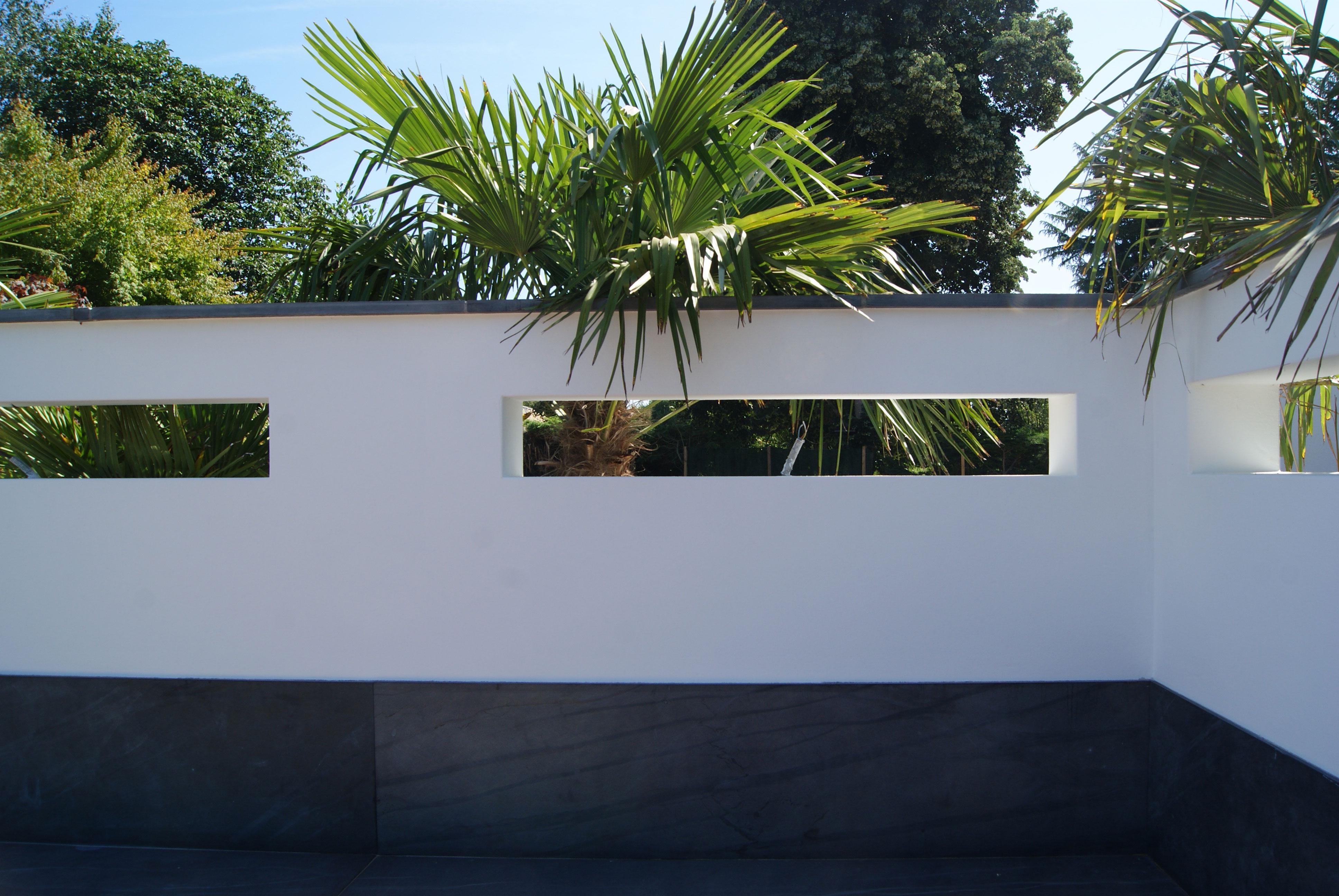 Mur enduit meurtrière. Palmier. Jardin Exotique. Jardin Contemporain. Jardins des 4 Saisons. Guer, Ploërmel, Redon, Plélan-Le-Grand, Maure de Bretagne