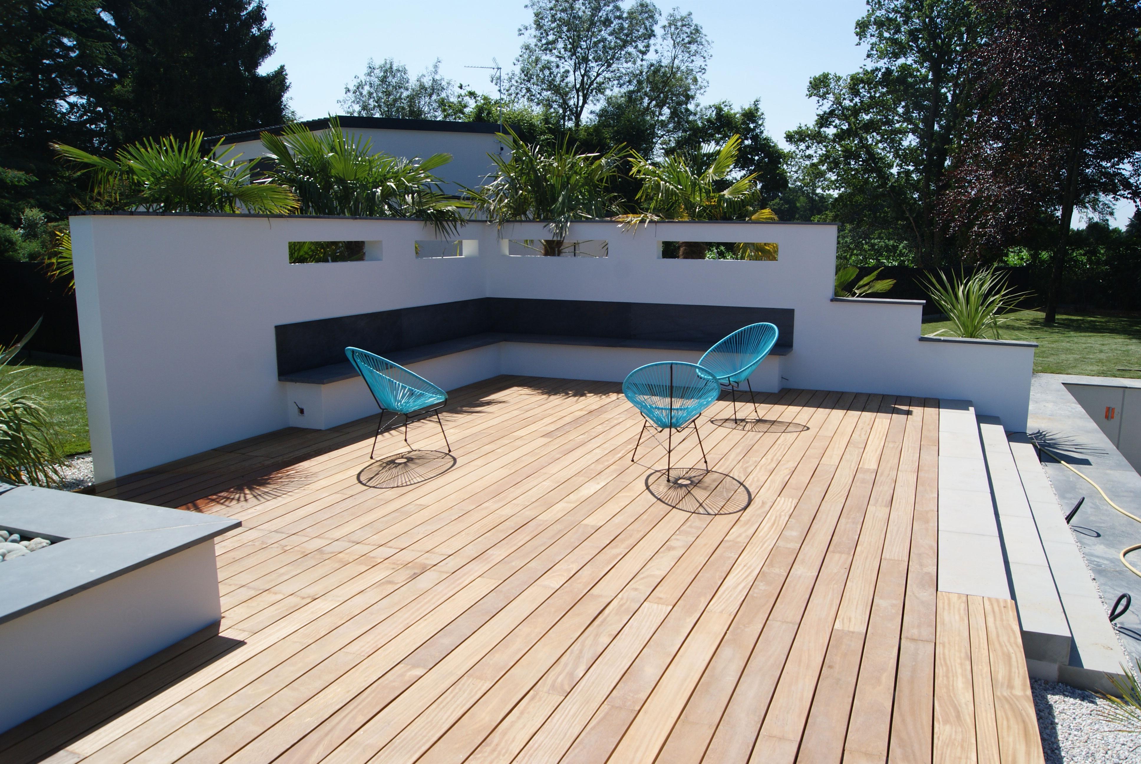 Solarium. Terrasse bois exotique. mur- meurtrière banc ardoise.. Jardins des 4 Saisons. Guer, Ploërmel, Redon, Plélan-Le-Grand, Maure de Bretagne