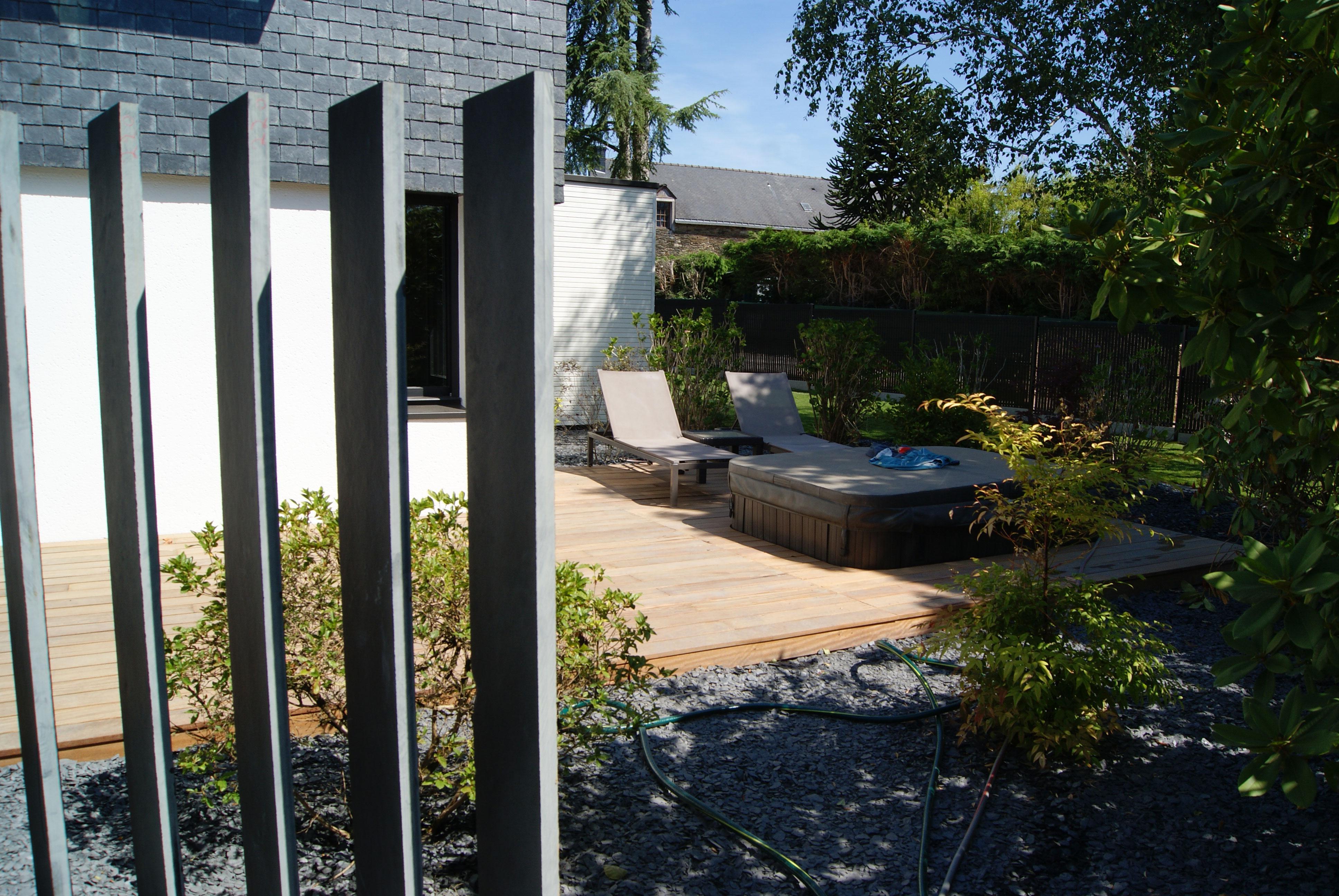 Brise-vue ardoise. Terrasse bois exotique. spa semi-encastré. Jardins des 4 Saisons. Guer, Ploërmel, Redon, Plélan-Le-Grand, Maure de Bretagne