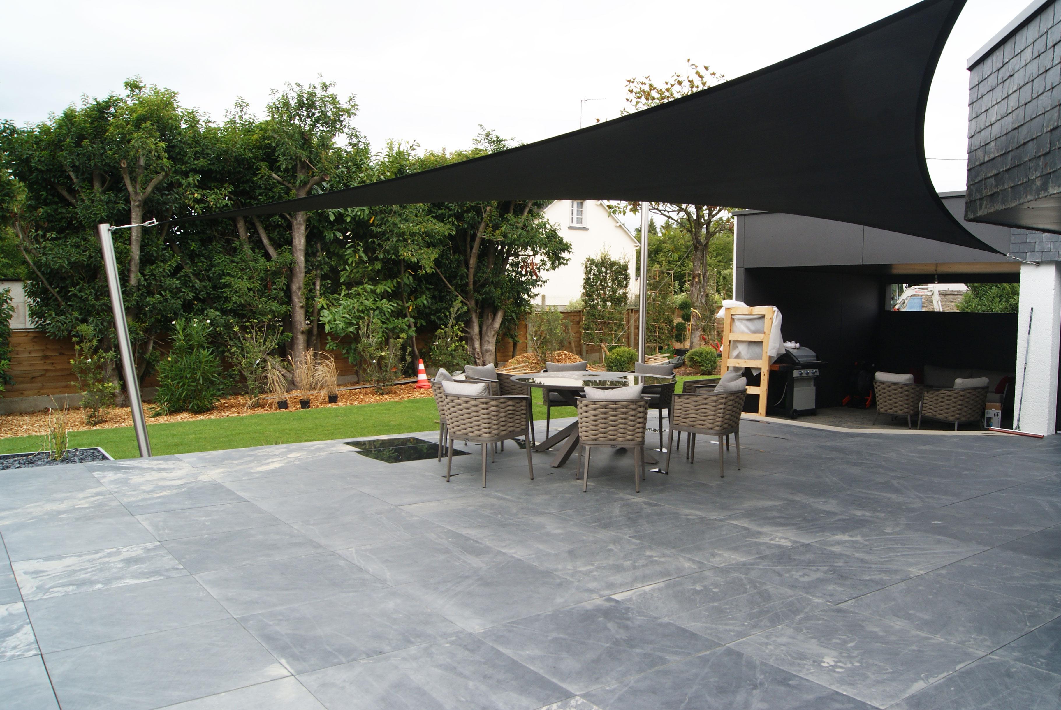 Terrasse pierre naturelle. voile d'ombrage. Cuisine d'été. Jardin contemporain. Jardins des 4 Saisons. Guer, Ploërmel, Redon, Plélan-Le-Grand, Maure de Bretagne