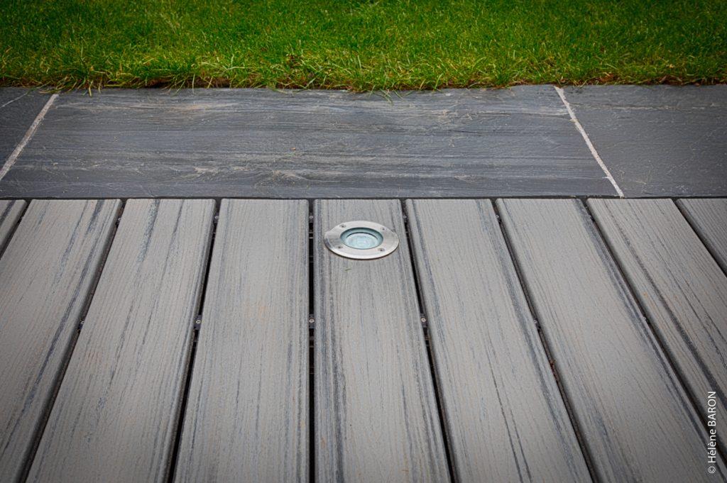 Terrasse composite. Bande de propreté ardoise. Luminaire terrasse. Jardins des 4 Saisons, votre paysagiste sur Guer, Ploërmel, Redon, Plélan-Le-Grand, Maure de Bretagne